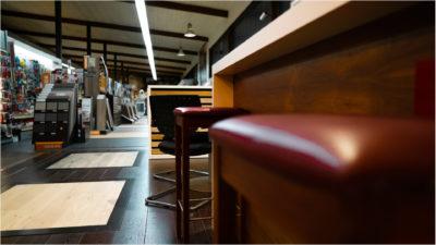 Bühler Holzfachmarkt Stuhl für Kunden im Beratungsbereich